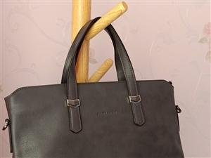 年后入手的皮尔卡丹男款手提包,带背带,买时折后价格1898元,出差提过一次,几乎**。现1300元出...