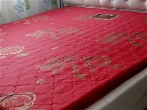 自己买的新床,用没多长时间,9成新1米8?2米,全软包框架结构,连床垫一起卖,没有床头柜,因为要回老...