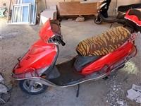 能騎,就是電瓶不行了,低價出售280 元,車在街里,是加油的摩托車,不是電動車,看好了在打電話,
