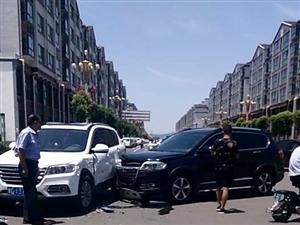 黑白两辆轿车相撞