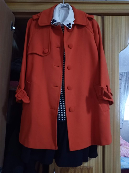 九五成新,在欧尚尼osanic购买,外套原价1580,因产后太胖穿不好看,现忍痛折价卖,颜色特别美,...