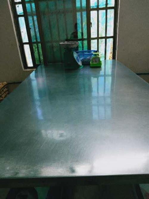 低价出售  不锈钢桌台  、压面机  、切肉机  有需要的联系电话151 0983 2860