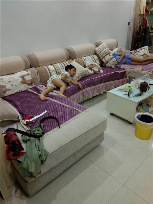 U形沙发转让,因搬其它房子这套沙发太大摆放不下买时5800,已用两年多现低价转让有意人士可联系