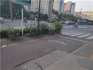 益王府路�c瓜市路路口西北角人行道有一��窟窿,已�有好多天了,��^往人�T,注意,注意,注意!