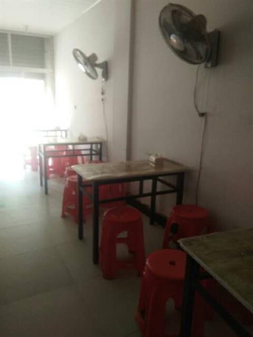 高门中学旁有桌子,凳子,等,低价还可以带店一起转,有稳定的顾客,因为小孩毕业了,经营了三年想改行,上...