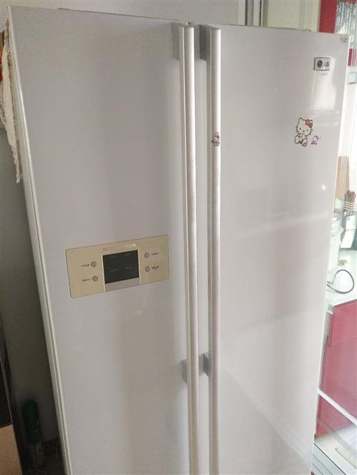 双开门LG冰箱,正常使用,还有全自动滚筒洗衣机。