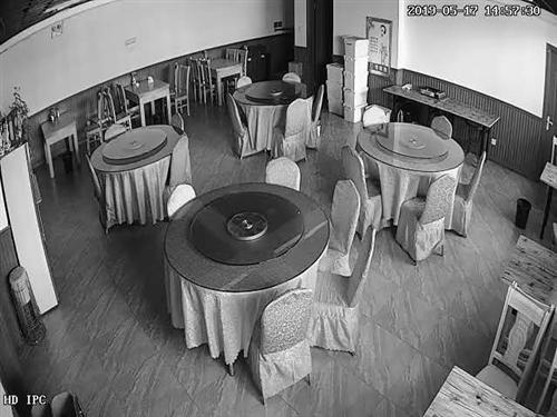 饭店的有点不准备想干了有需要的桌子,椅子空调,冰箱,盘子等等