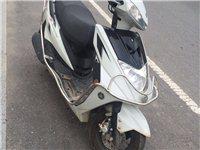 出售雅马哈125踏板摩托车,出外发展,便宜出售,新车三个月,才跑2400公里,九成新价格面议,买来7...
