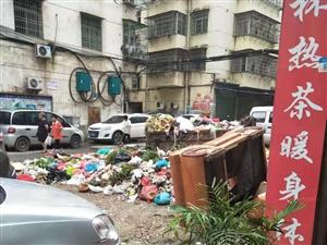 食品街中段�@里垃圾成堆,臭�庋�天!