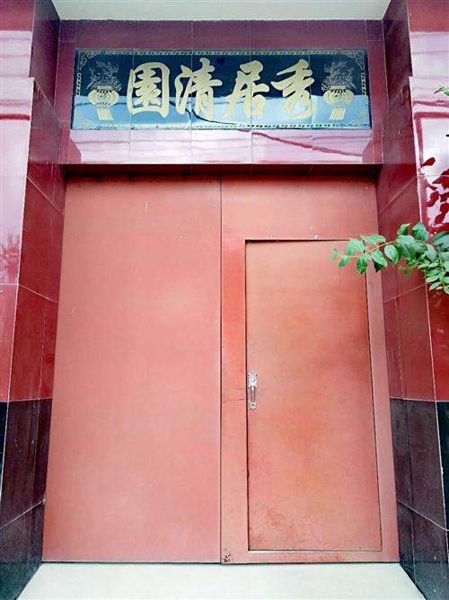大红铁门,高2.6米,宽2.26米,家中新建,急需出售,价格面议,地址:蓝关街办西寨村二组。