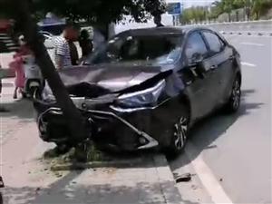 东江车祸,因摩托车从中间护栏掉头,小车撞上摩托车