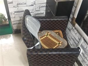美发椅子,五把椅子,3把一个类型,2把一个类型,9成新。自己取吧,本人市内的