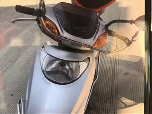 �常在外地工作,家里�e置踏板摩托�出售,平�r一年回�泶舨涣�滋欤�放著太浪�M了。五羊本田小公主,才2�f...
