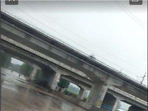 下雨积水深,排水难,截断道路,危险
