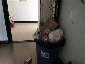 一个培训机构门口垃圾堆如山,臭?#22534;?#22825;