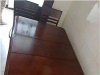 实木餐桌带四把椅子。餐桌可伸缩展开1.3米,缩回1.0米???.85米。成色非常好。搬家不想要了。