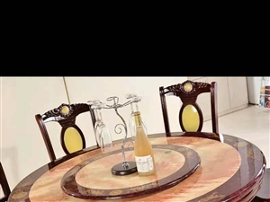 九成新1.3米圆桌,有八张椅子。