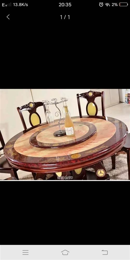 九成新1.3米圓桌,有八張椅子。