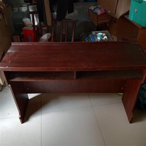 長條桌子2個7成新現低價出售,有需要的盡早聯系,桌子長1米2寬40高76