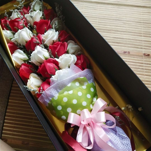 本人七夕销售花束没有销售完,还剩套盒香皂花红色四盒,需要低价出售,喜欢的联系,适合过生日,结婚,送领...