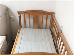 实木小床可做摇篮使用,能睡到孩子8岁左右,有需要的可联系微信wangqin1988love