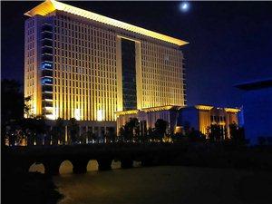 龙南县政府大楼,夜幕下的龙南县政府大楼优雅大气!