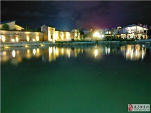 龙南夜色,龙南复古式的酒店倒影在水中很美