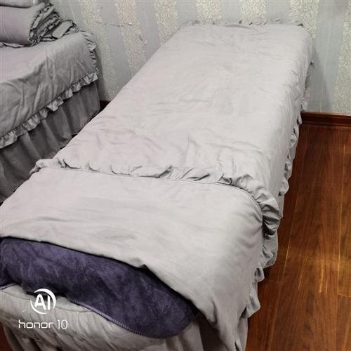美容院处理美容床+四件套原价255+138,处理150一套,床很结实,基本上没怎么用