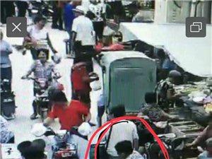 一中老年妇女在集市上偷包