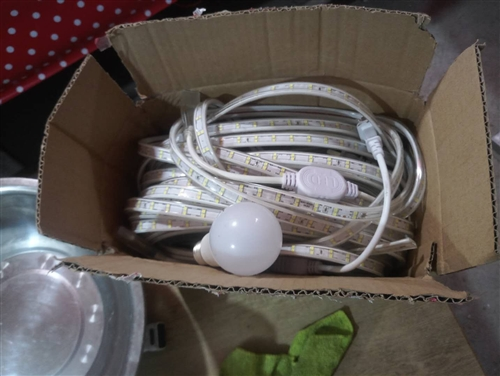 熟食香料便宜处理还有灯箱,双珠灯带20米70元,椅子170买的卖100,桌子70,音箱50