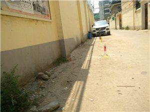 前进路老?#22363;?#23545;面,在巷道私设车位锁!