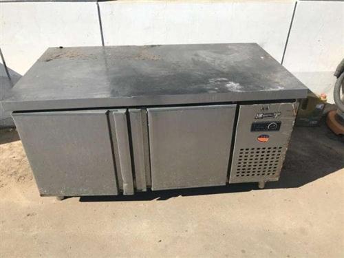 冷柜操作台一台,上边带货架!还有厨房货架大的俩个(1.8*2.0)米,小货架4个(1.2*1.2)米