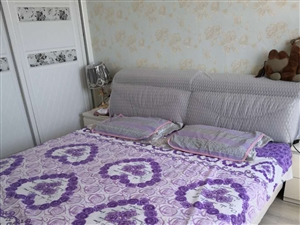 2米大床,款式大气,九成新,带加厚床垫,无内箱,不带床头柜,价格可面议,有意者电话联系。