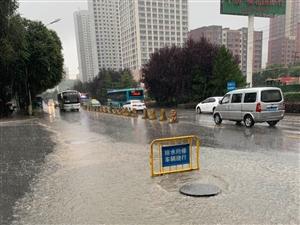 8月30日上午9�r,一次��降雨天�饨蹬R西��市�^,降雨造成��大路,八一路公安�d,柴�_木路�}�f段等路段不