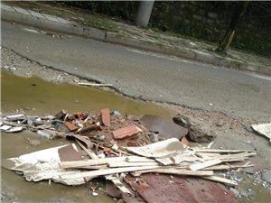 建渣垃圾随意倾倒在公路上严重影响他人安全