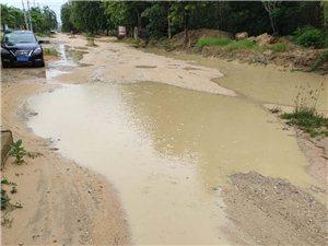 儋州市白马井镇中六路路面严重积水,崩塌