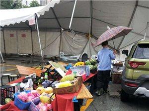 鹤山广场月饼街商铺棚被台风吹翻,损失惨重