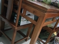 一张长纯木火锅桌,带四把椅子