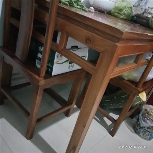 一張長純木火鍋桌,帶四把椅子