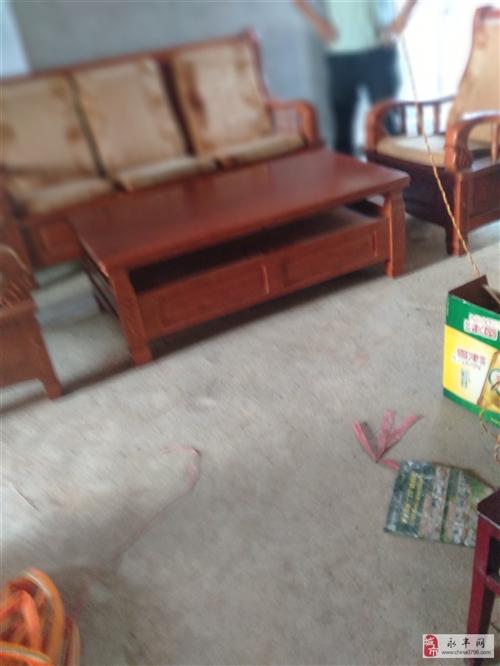 九成以上的高档实木六件套沙发和高档饭桌,原价每样都是伍仟多块钱买的,现便宜出售,只需900块钱。