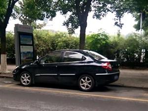青云路上两辆轿车停在公交车的车位,贴了条子