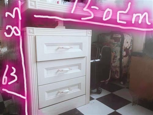 寫字桌,當初1500元做,現8成新,售價200元,聯系電話:13636882328.非誠勿擾!