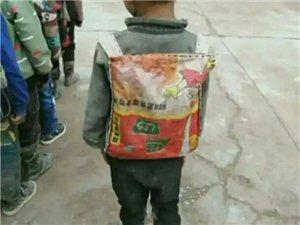 泪奔!背蛇皮袋上学的孩子