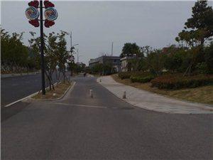 我想说的是群力大道石墩,石墩在慢车道上,遇到阳天眼睛不好的人肯定能撞上去。
