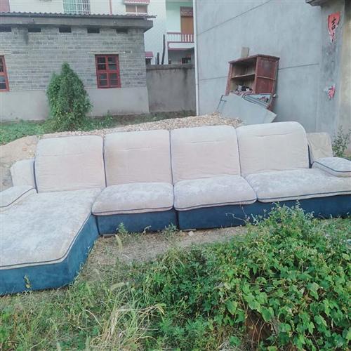以上家具都是九成新,现将便宜出售,沙发380元(带茶几)1.8米豪华大床400元,衣柜200元,电视...