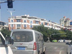 在永春榜头红绿灯遇见一位车主没有避让救护车
