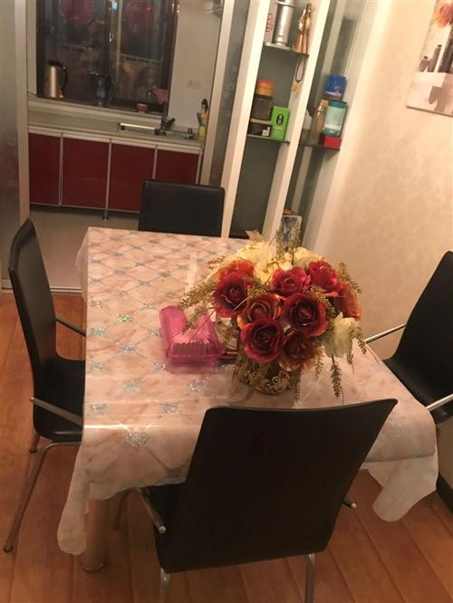 自己家用的餐桌折叠玻璃餐桌带四把皮凳子九成新便宜处理