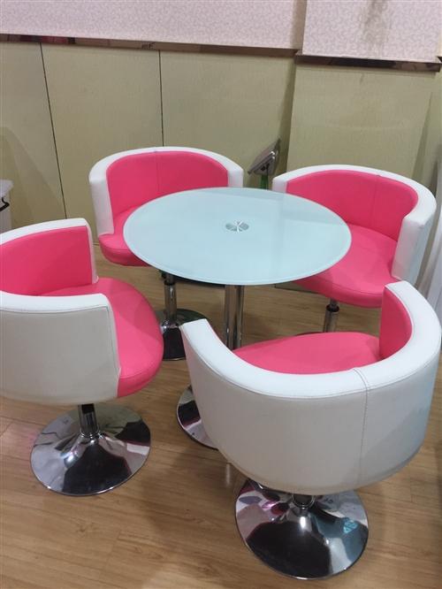 新的漂亮的桌椅原价880 元,现在换了地方,沒地方摆,低价出售400 元,想买的要说在东台网上看到的