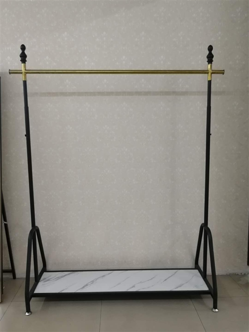 新店转行,挂架用了一个月,基本上和新的一样,宽度1.15米,高度从下部平板到挂杆1.4米—1.8米可...