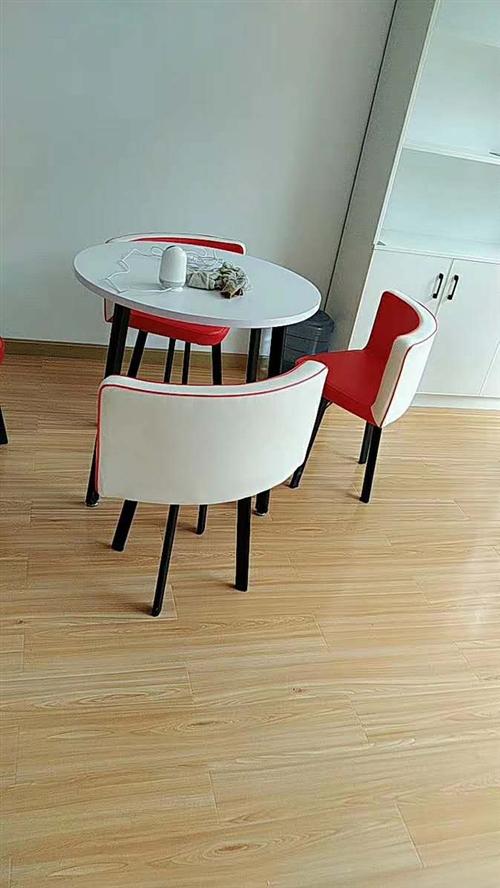 寶貝算全新的 快遞回來就拼裝好了 沒怎么坐 幾乎全新  會客桌椅一套 紅白色 因不符合總公司要求 只...